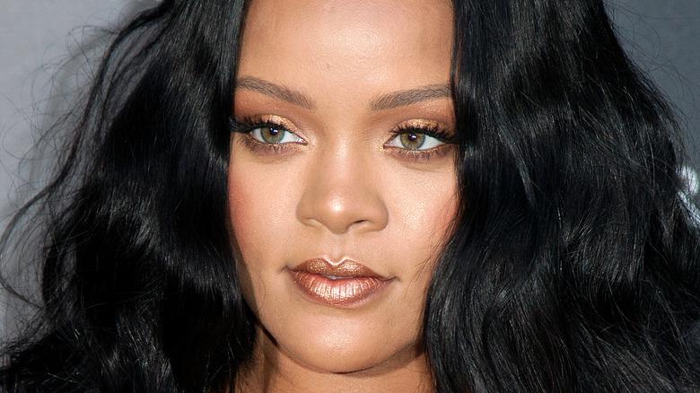 "Rihanna poserer på et ""Fenty Beauty"" -arrangement"