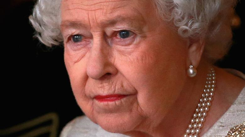 Dronning Elizabeth II ser inn i det fjerne