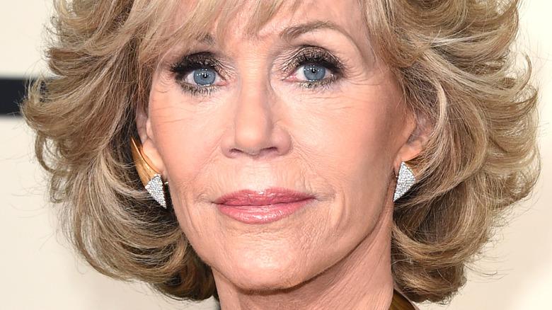 Jane Fonda poserer med kort blondt hår