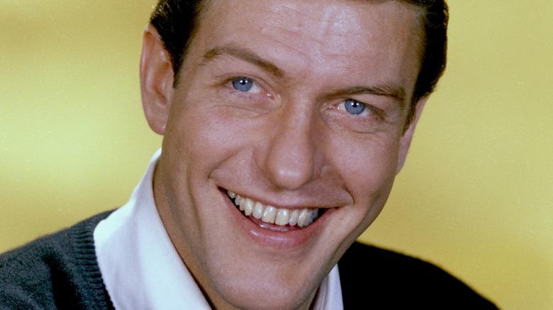 Den unge Dick Van Dyke smiler