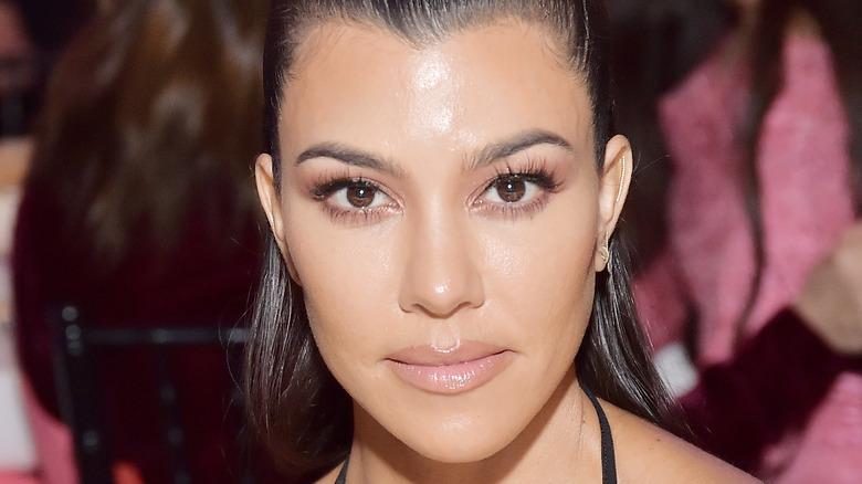 Kourtney Kardashian ser på kameraet