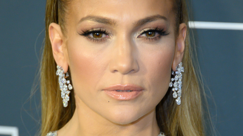 Jennifer Lopez poserer på den røde løperen