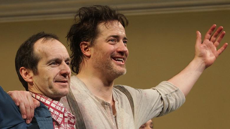 Brendan Fraser og Denis O'Hare arm i arm