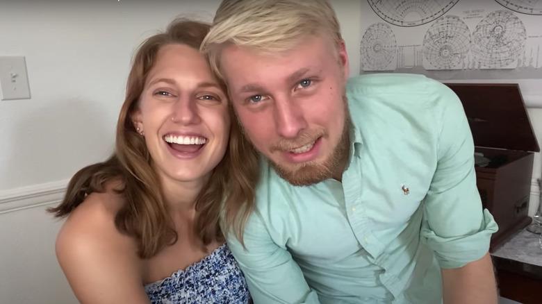 Olivia og Ethan Plath klemmer i YouTube -video