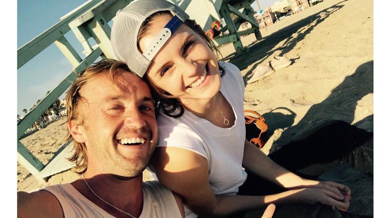 Tom Felton og Emma Watson på stranden