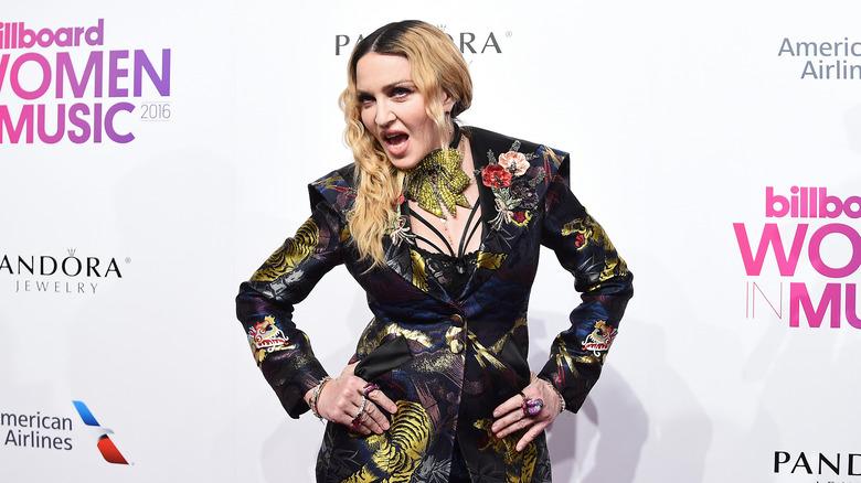 Madonna poserer på den røde løperen