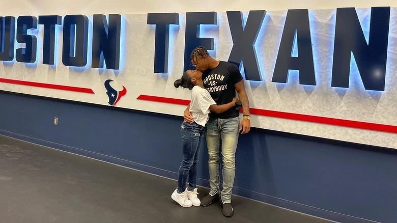 Simone Biles og Jonathan Owens kysset på treningsleiren