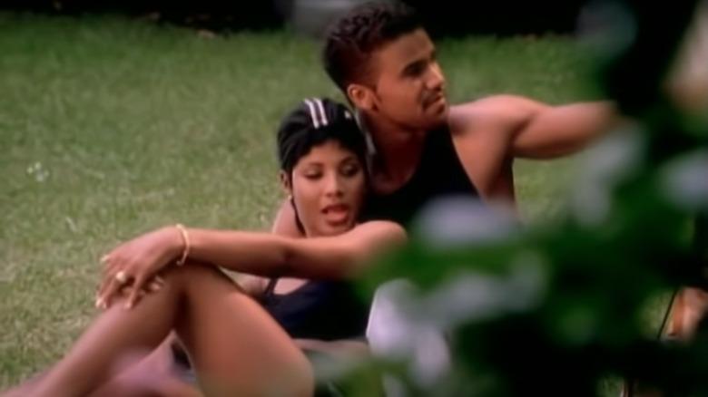 Toni Braxton, Shemar Moore, begge sitter på gresset