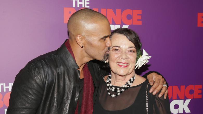Shemar Moore kysser Marilyn Wilson Moore på kinnet