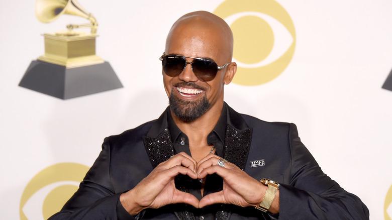 Shemar Moore på Grammys, lager et hjerte med hendene