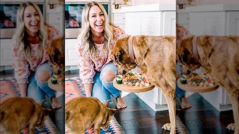 Haylie Duff poserer med hundene sine på kjøkkenet