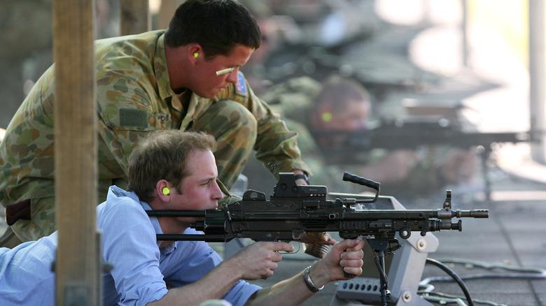 Prins William sikter på et militært våpen