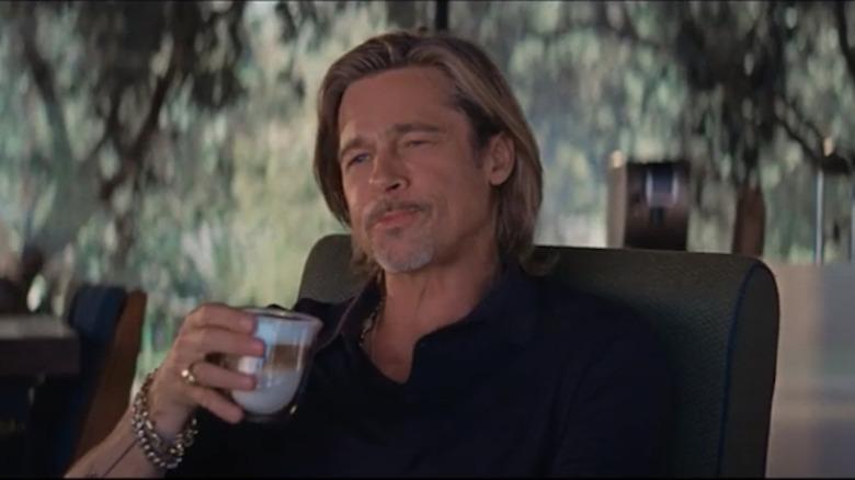 Brad Pitt nyter en slurk kaffe