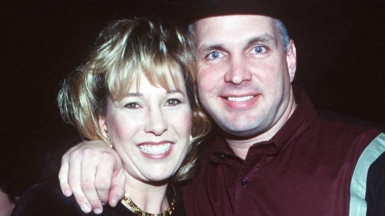 Garth Brooks, Sandy Mahl poserer