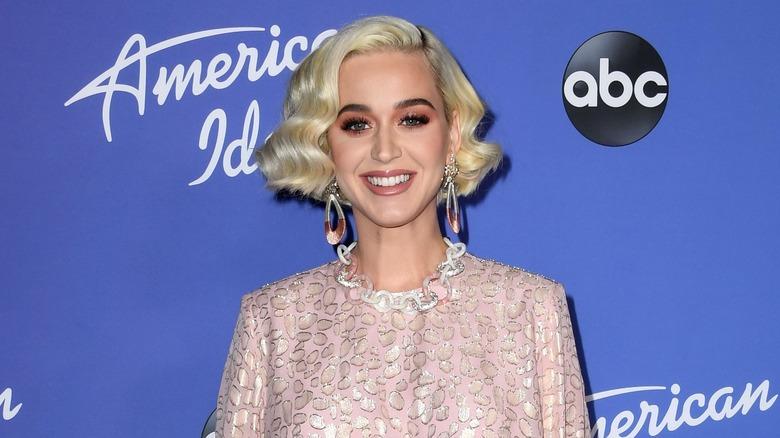 Katy Perry smiler på den røde løperen