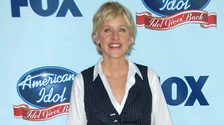 Ellen DeGeneres smiler på den røde løperen