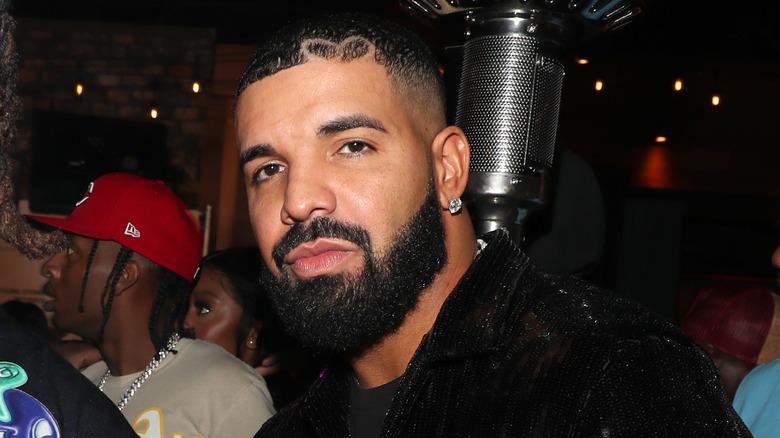 Drake deltar på en Hollywood -fest