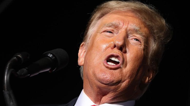 Donald Trump uttrykker smertefullt mens han snakker