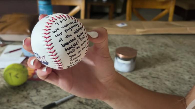 Katey Nakatsu holder baseball med graviditetsmelding