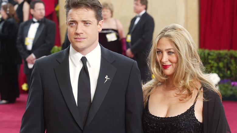 Brendan Fraser og Afton Smith poserer