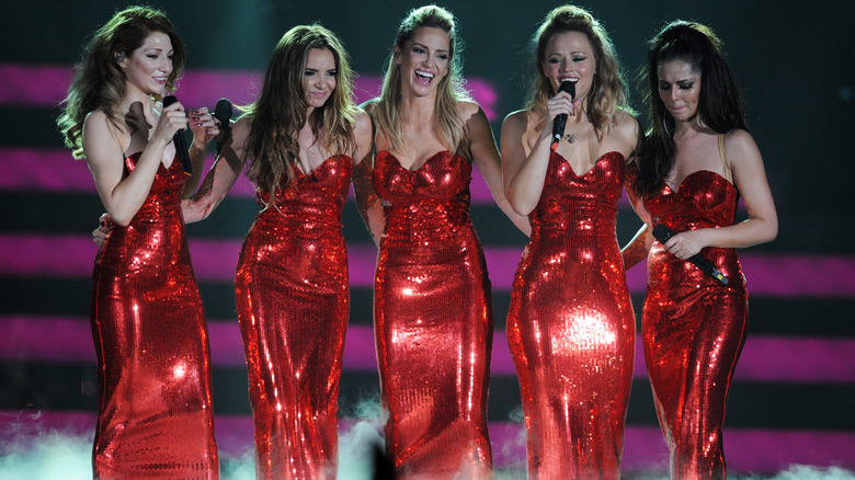 Jenter høyt opptrer på scenen