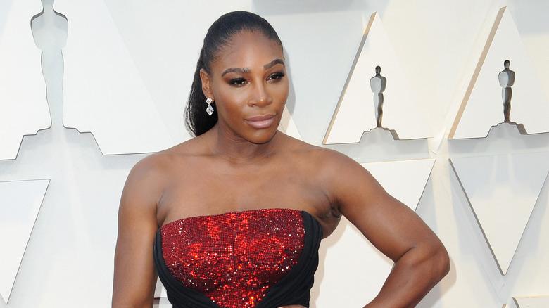 Serena Williams poserer på den røde løperen