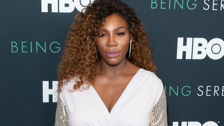Serena Williams poserer på en rød løper