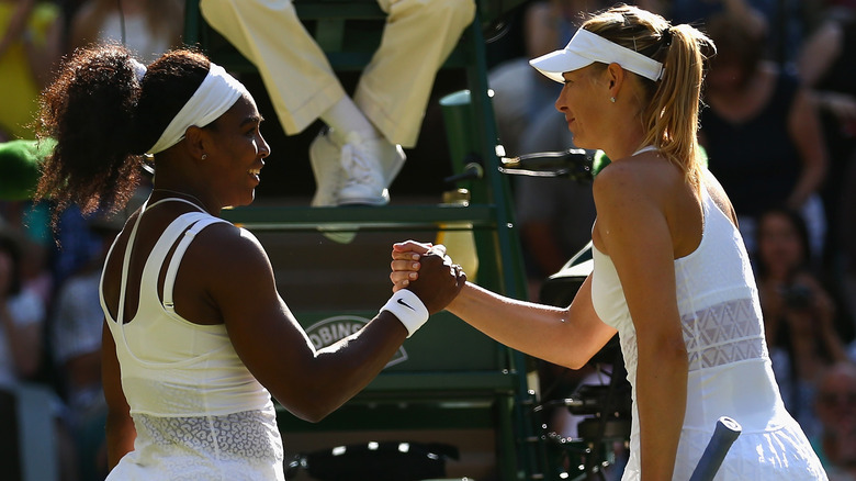 Serena Williams og Maria Sharapova holder hender i 2015