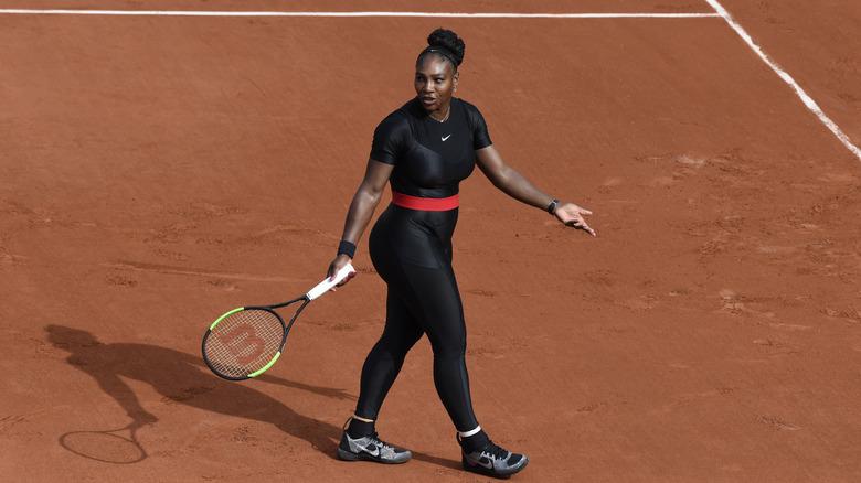 Serena Williams har på seg en dressdrakt på French Open
