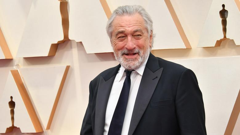 Robert De Niro smiler på den røde løperen
