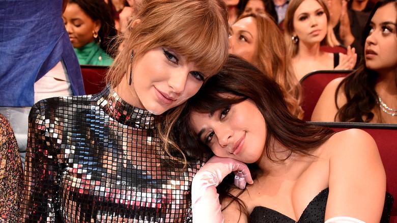 Taylor Swift og Camila Cabello poserer