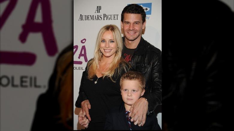 David Boreanaz smiler med gravid kone og sønn