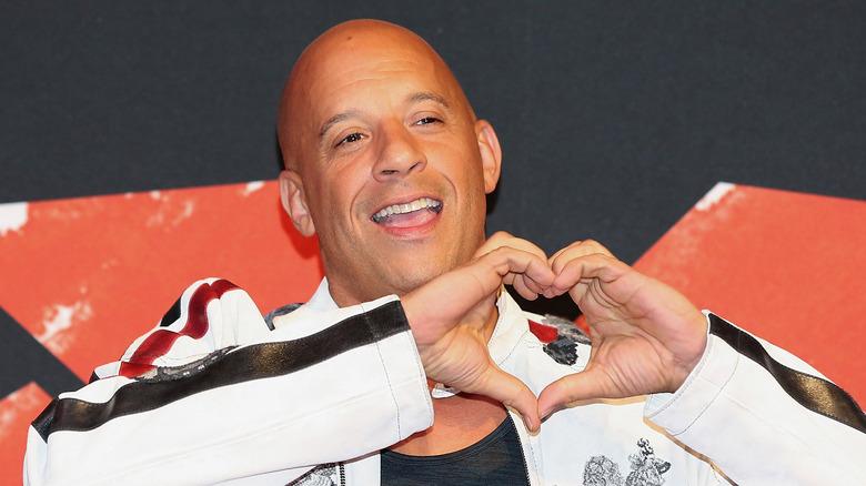Vin Diesel lager hjerteform med hender
