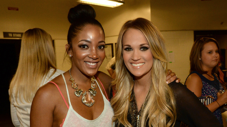 Mickey Guyton med Carrie Underwood, begge smilende