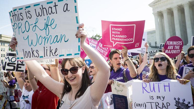 Pro-choice-demonstranter holder skilt