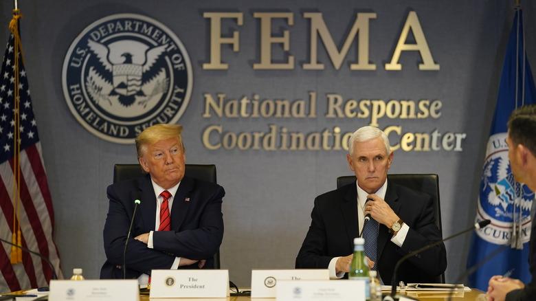 Donald Trump og Mike Pence ved FEMA -møtebordet