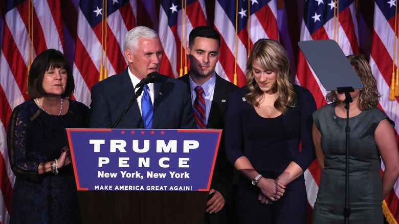 Mike Pence aksjonerer med familien på podiet