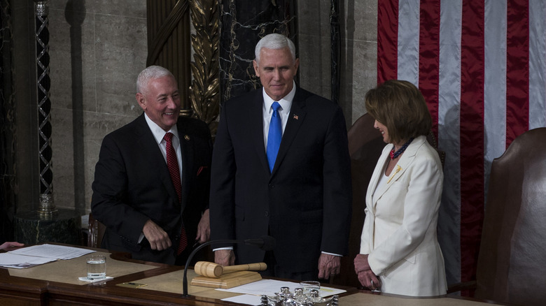 Greg Pence, Mike Pence og Nancy Pelosi snakker