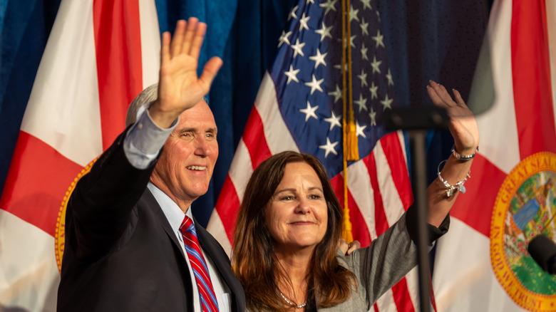 Mike Pence og Karen Pence vinker