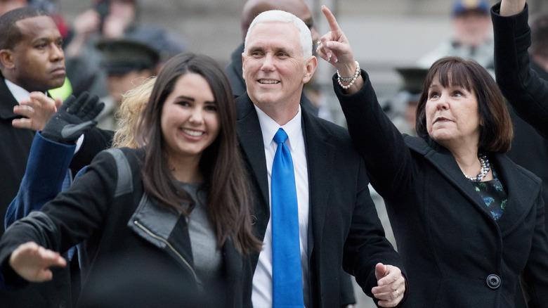 Audrey Pence går sammen med foreldrene Mike og Karen Pence
