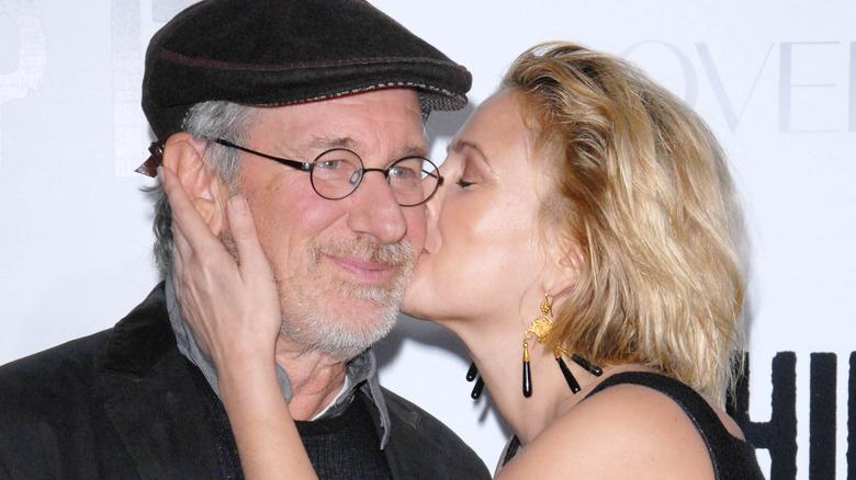 Drew Barrymore kysser Steven Spielberg