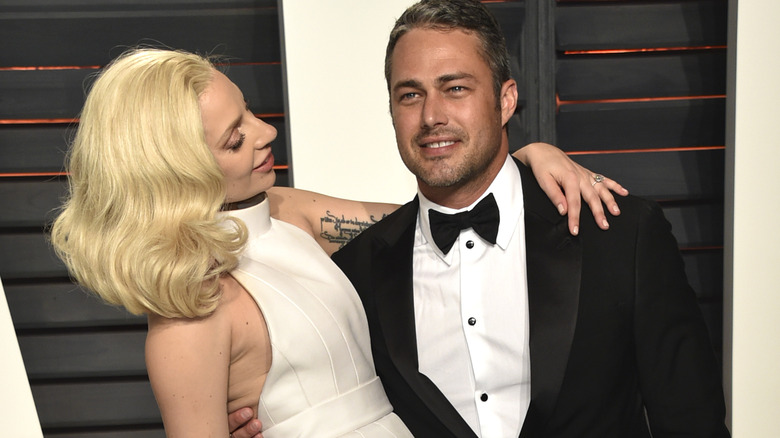 Lady Gaga og Taylor Kinney poserer
