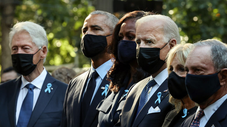 Bill Clinton, Barack Obama, Joe Biden iført masker