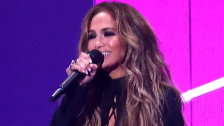 Jennifer Lopez på scenen på VMA i 2021