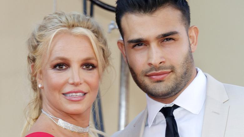 Britney Spears og Sam Asghari smiler