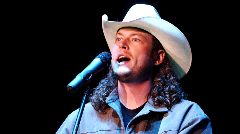 Blake Shelton opptrådte i hvit hatt i 2003
