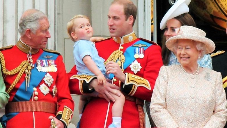 Prinsene Charles, George og William, Kate Middleton og dronning Elizabeth !!  posering