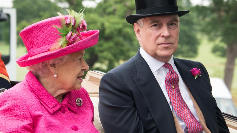 Dronning Elizabeth og prins Andrew i en vogn