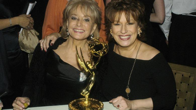 Barbara Walters og Joy Behar smiler til Emmys