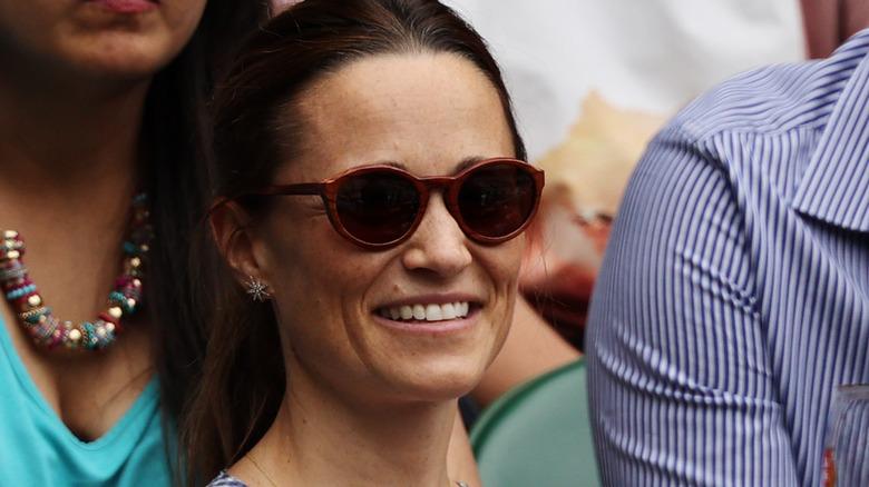 Pippa Middleton smiler og bruker solbriller